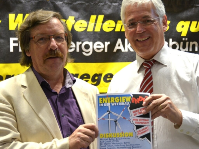 Dr. W. Neumann (BUND) und R. Gnadl (OVAG) posieren entspannt auf der Diskussionsveranstaltung
