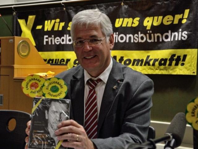 Rolf Gnadl freut sich über das kleine Präsent für die Teilnahme