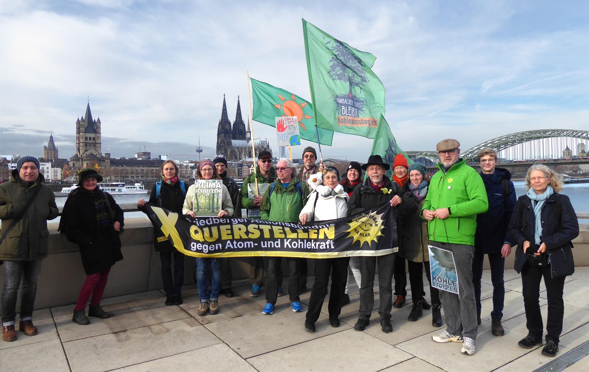 Vor Rhein und Stadtsilhouette