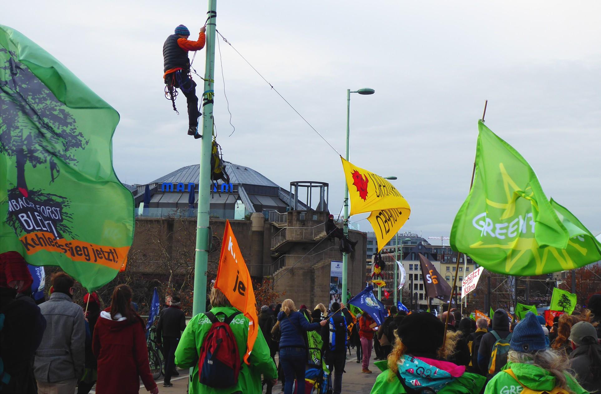 Kletterer begrüßten die TeilnehmerInnen auf der Rheimbrücke
