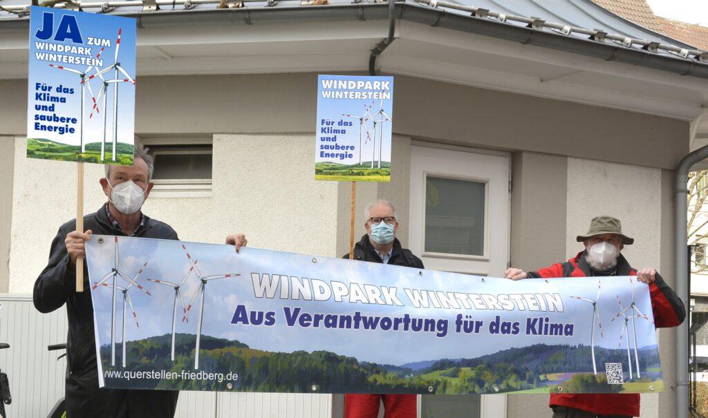 Teilnehmer der Mahnwache mit Banner und Plakaten