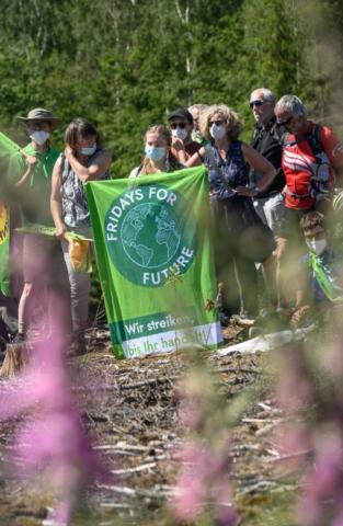 Junge und Alte, Umweltorganisationen, Parteien, Energiegenossenschaften und viele engagierte BürgerInnen machen mit.